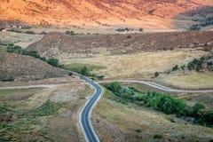 Canal del abastecimiento de la carretera y de agua Fotos de archivo libres de regalías