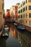 Canal del agua con los pequeños puentes y barcos Imágenes de archivo libres de regalías