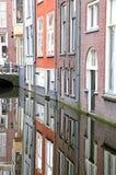 Canal del agua en la cerámica de Delft de la ciudad, Países Bajos Imágenes de archivo libres de regalías
