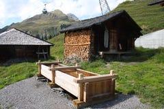 Canal del agua y acción de madera de la leña Fotos de archivo