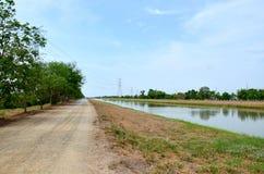 Canal del arroyo del canal del abastecimiento de agua con el pipehigh v del agua Foto de archivo libre de regalías
