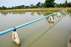 Canal del arroyo del canal del abastecimiento de agua con el tubo de agua Fotografía de archivo libre de regalías