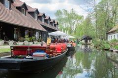 Canal del bosque de la diversión con los barcos Fotografía de archivo