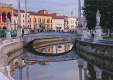 Canal del cuadrado de Valle del della de Prato, Padua, Italia foto de archivo