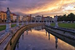 Canal del cuadrado en la puesta del sol, Padua, Italia de Valle del della de Prato fotos de archivo libres de regalías