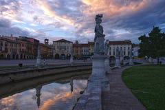 Canal del cuadrado en la puesta del sol, Padua, Italia de Valle del della de Prato imagen de archivo