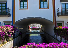 Canal del ¡n de Puerto de Mogà con las flores Imágenes de archivo libres de regalías