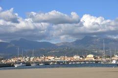Canal del puerto con el almacenamiento para los barcos Fotos de archivo libres de regalías