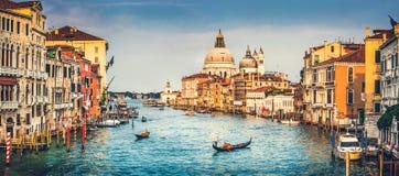 Canal di grandes y de la basílica Santa Maria della Salute en la puesta del sol en Venecia, Italia Imagenes de archivo