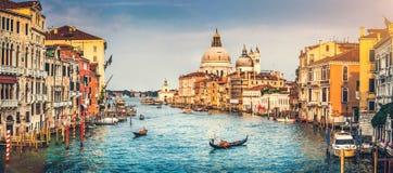 Canal di Santa Maria della Salute grandiosos e da basílica no por do sol em Veneza, Itália Imagens de Stock