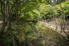 Canal do jardim no complexo do templo de Sanzen-em fotos de stock