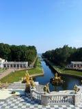 """Canal do mar Peterhof """"е do ¾ Ñ do ³ Ð do 'Ð?рРdo ² ПÐ?Ñ Ð do ½ каР¹ Ð ¾ кР Ñ€Ñ ¾ МРde аРde"""" Foto de Stock Royalty Free"""