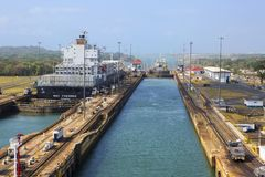 Canal do Panamá, ` de Gatun do ` da entrada da três-câmara foto de stock royalty free