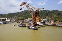 Canal do Panamá, um guindaste em uma plataforma de flutuação fotos de stock royalty free