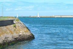 Canal do porto de Dunkirk perto da praia com navios de navigação Imagens de Stock Royalty Free
