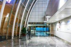 Canal do terminal de aeroporto de ŒThe do ¼ do ï do corredor do aeroporto da parede de cortina de aço e de vidro Fotografia de Stock Royalty Free