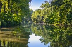 Canal du Midi, árvores do sicômoro e água bonitos, França do sul Imagens de Stock