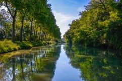 Canal du Midi, árvores do sicômoro e água bonitos, França do sul Imagem de Stock