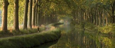 Canal du Midi por la mañana (panorama) Imagen de archivo libre de regalías