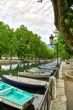 Canal du Vasse et le pont d'amour d'Annecy, France Photos stock