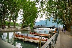 Canal du Vasse et le pont d'amour d'Annecy, France Photos libres de droits