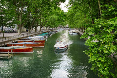Canal du Vasse et le pont d'amour d'Annecy, France Photographie stock