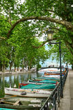 Canal du Vasse et le pont d'amour d'Annecy, France Image stock