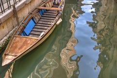 Canal e barco, Veneza Italy imagem de stock