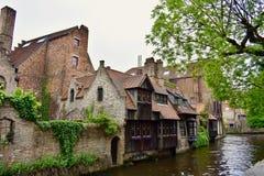 Canal e casas medievais em Bruges Imagens de Stock