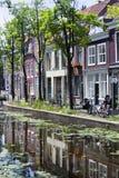 Canal e casas na louça de Delft Imagens de Stock Royalty Free