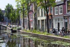 Canal e casas na louça de Delft Fotografia de Stock Royalty Free
