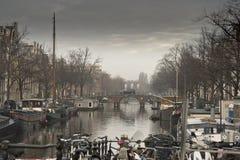Canal e construções de Amsterdão Foto de Stock Royalty Free