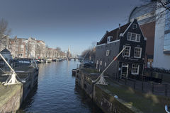 Canal e construções de Amsterdão e fora da construção vertical Foto de Stock