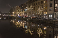 Canal e construções de Amsterdão na noite Fotografia de Stock