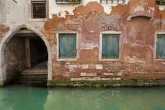 Canal e edifícios velhos, Veneza, Italy fotografia de stock