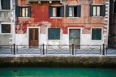 Canal e edifícios velhos, Veneza, Italy foto de stock