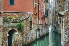 Canal e edifícios velhos, Veneza, Italy imagem de stock