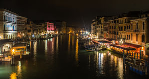 Canal em Veneza na noite, em Itália, vista da ponte de Rialto Imagem de Stock
