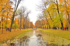 Canal en Alexander Park dans Tsarskoye Selo photos libres de droits