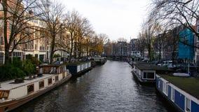 Canal en Amsterdam con las casas flotantes foto de archivo libre de regalías