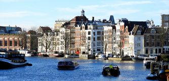 Canal en Amsterdam, edificios auténticos, casas características fotos de archivo libres de regalías