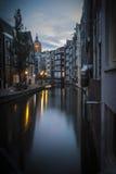 Canal en Amsterdam, madrugada Imagenes de archivo