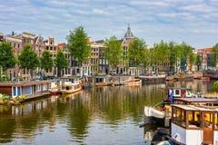 Canal en Amsterdam Países Bajos Imagenes de archivo