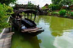 Canal en bois thaïlandais noir de vert de séjour de bateau Photographie stock