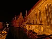 Canal en Brujas con los edificios medievales en la noche Fotos de archivo