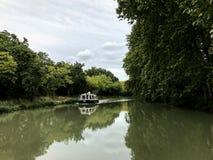 Canal en Carcasona, Francia imagen de archivo