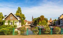 Canal en el área menuda de Francia, Estrasburgo Imagen de archivo libre de regalías