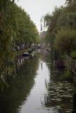 Canal en el queso Edam de la pequeña ciudad fotos de archivo libres de regalías