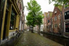 Canal en el viejo centro de ciudad de Alkmaar Foto de archivo