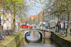 Canal en la cerámica de Delft, Holanda imagen de archivo